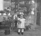 Kislány a kerekeskút előtt 1953