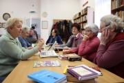Gondozási Központ irodalomkedvelő nyugdíjasai a Felnémeti Fiókkönyvtárban