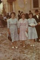 Fiatal asszonyok a templom előtt 1960-as években