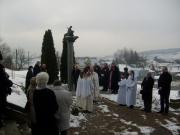 A templom előtti emlékműnél a megjelentek tisztelegtek a hősök emléke előtt.